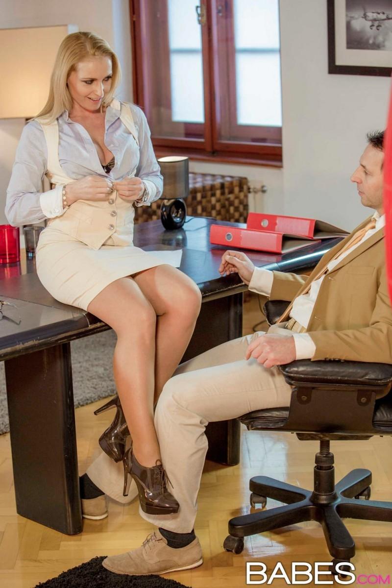 Пышногрудая блондинка так изголодалась по большому члену, что решила трахнуться с менеджером на его рабочем месте
