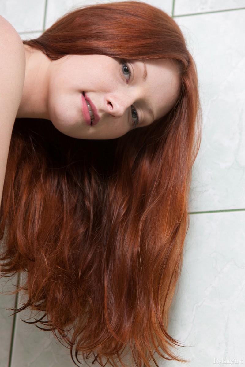 Рыжеволосая девушка принимает разные позы, чтобы показать себя с самых выгодных ракурсов