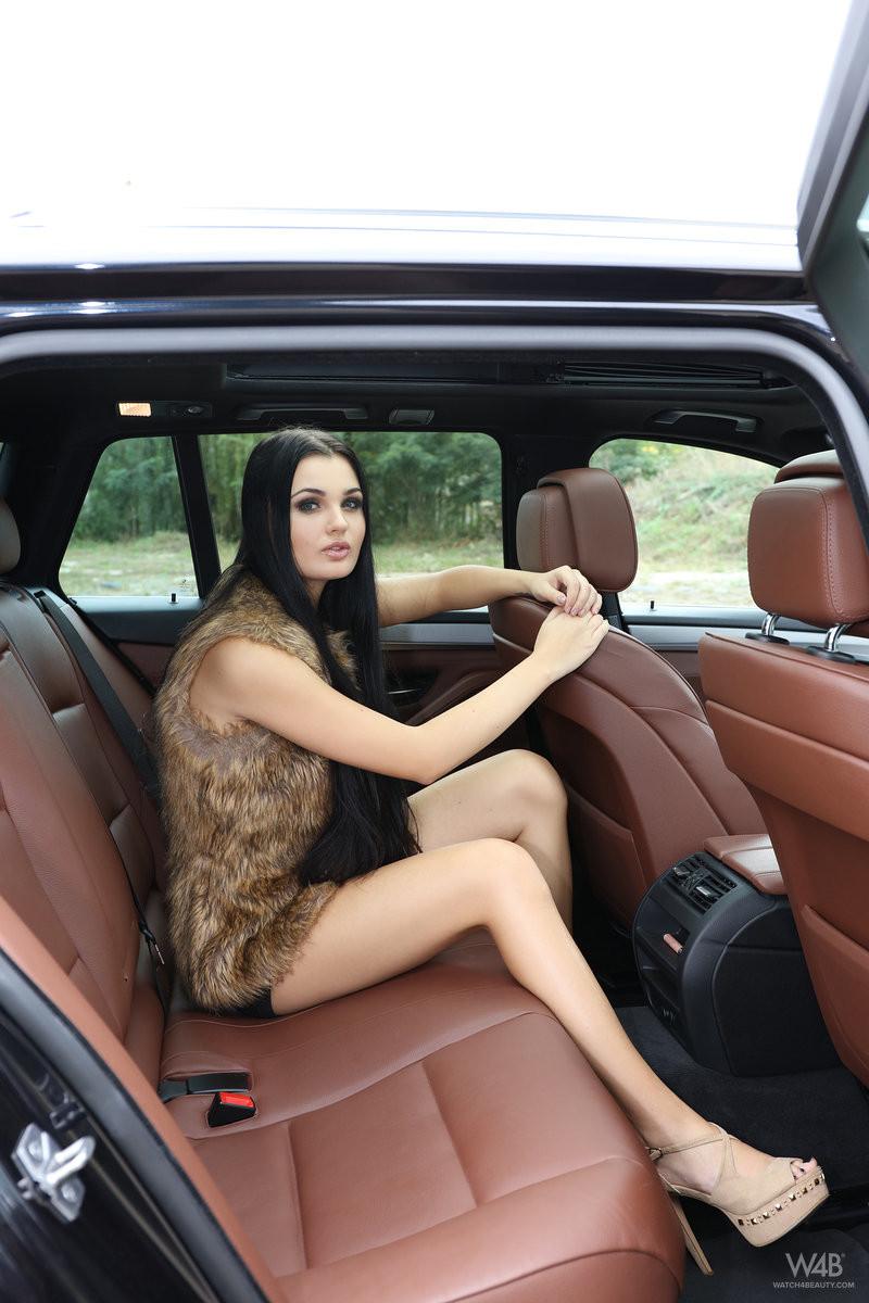 Сексопильная брюнетка оголила свое тело и показала пизду на заднем сидении в машине