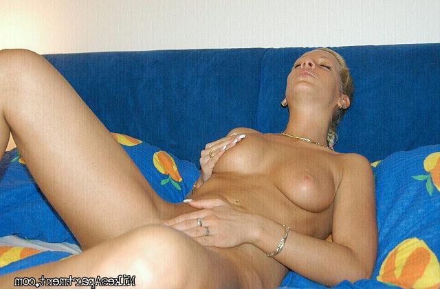 Сексуальная блондинка курит голышом на кровати