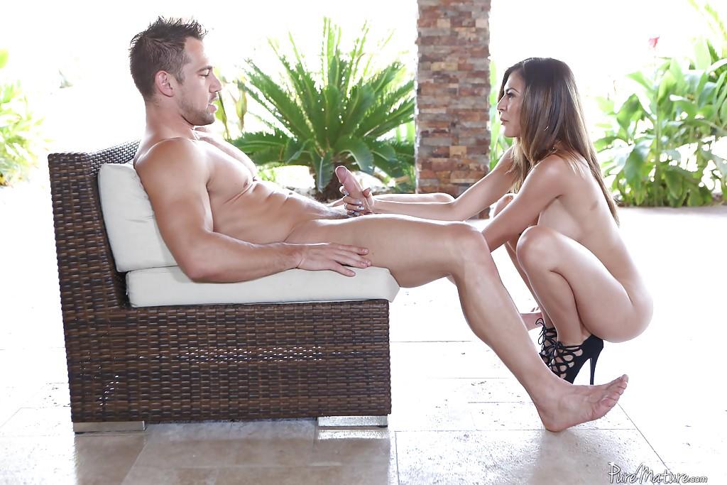Страстный секс небритого мужика с голой нимфоманкой