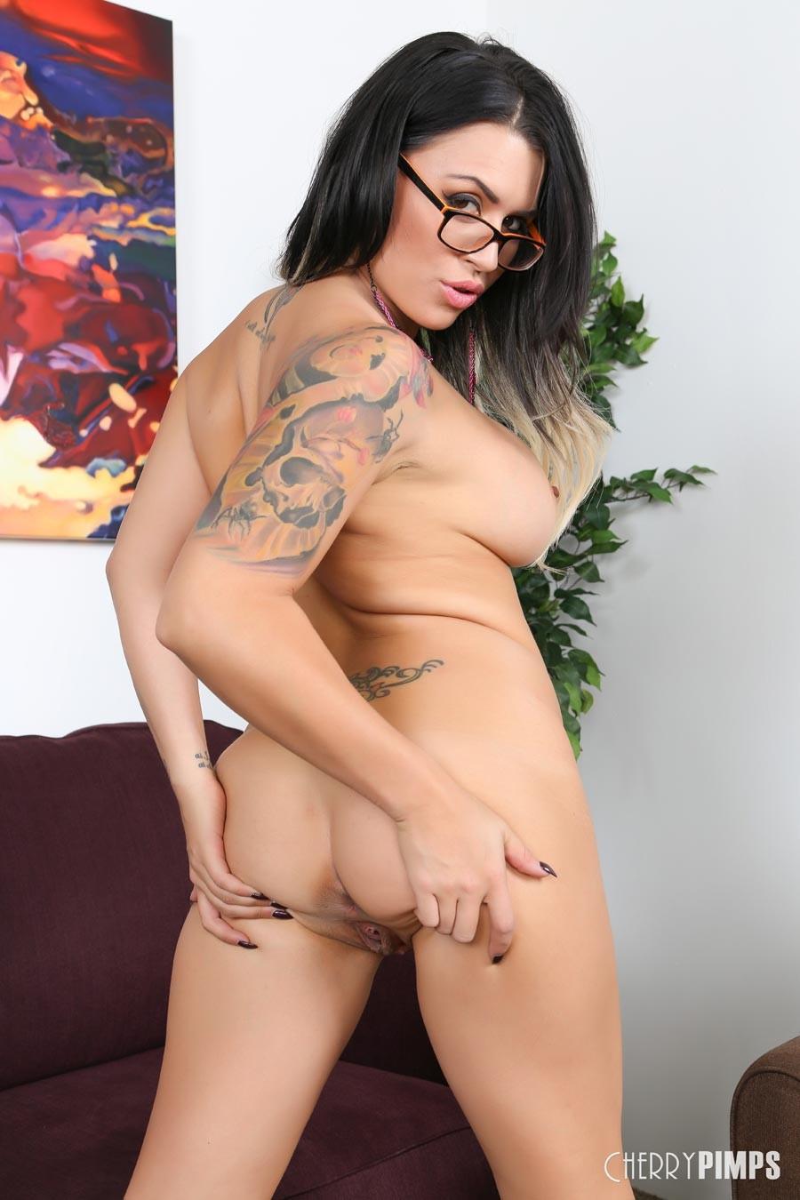 Татуированная брюнетка с большими сиськами мастурбирует секс игрушками