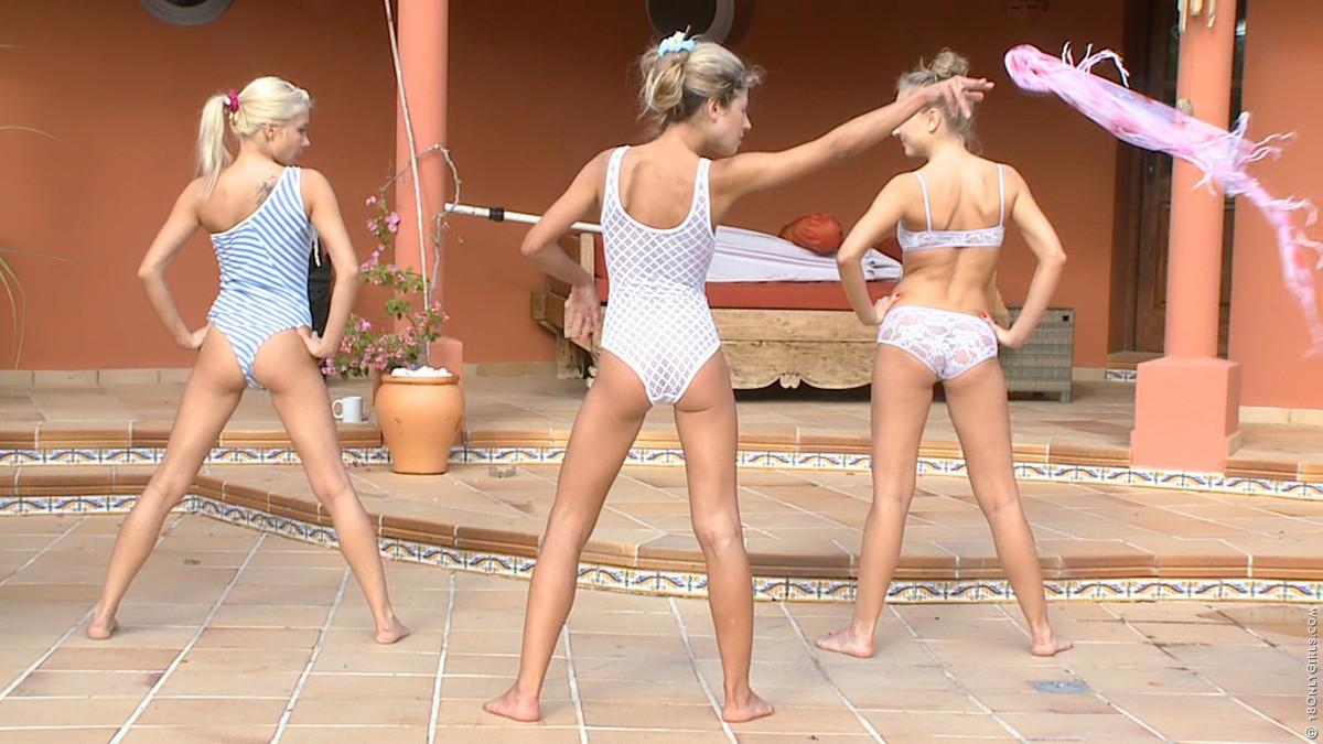 Три молодые стройные девки обмазывают себя маслом