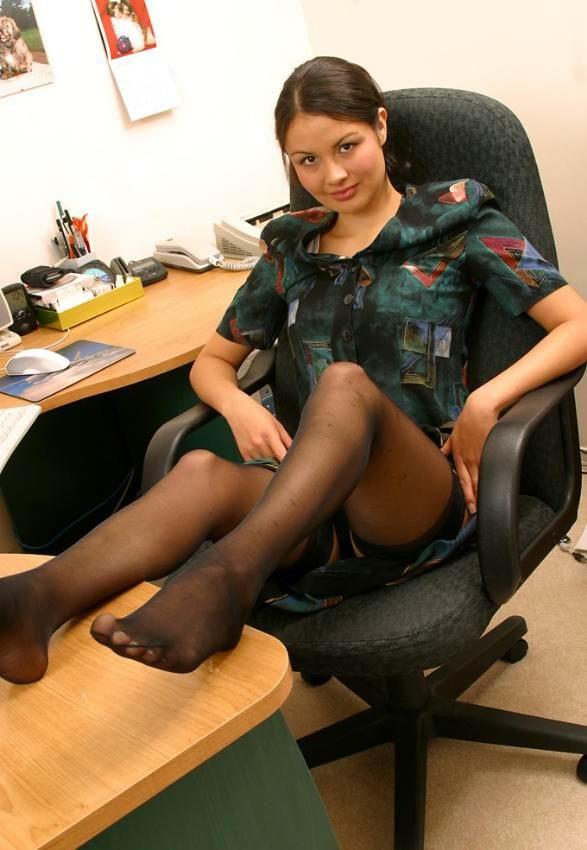 Возбуждающая девка оголяется на офисном кресле