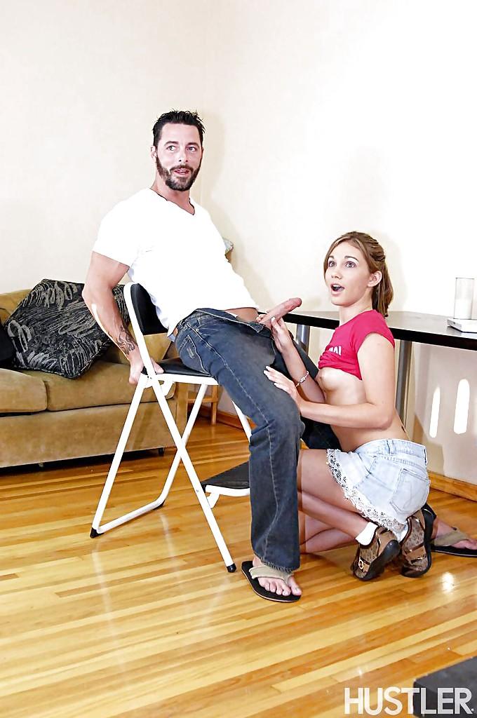 Худая девушка дает раком на диване на глазах у женщины за тридцать