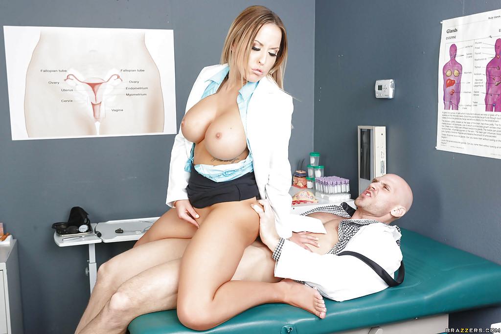 Лысый врач трахнул грудастую мамку на кушетке в своем кабинете