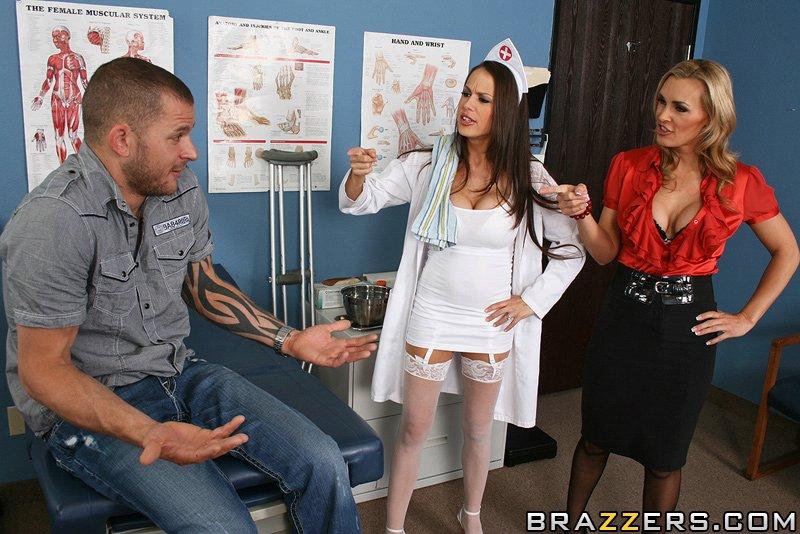 Зрелая медсестра с подругой совратили парня на секс в кабинете врача