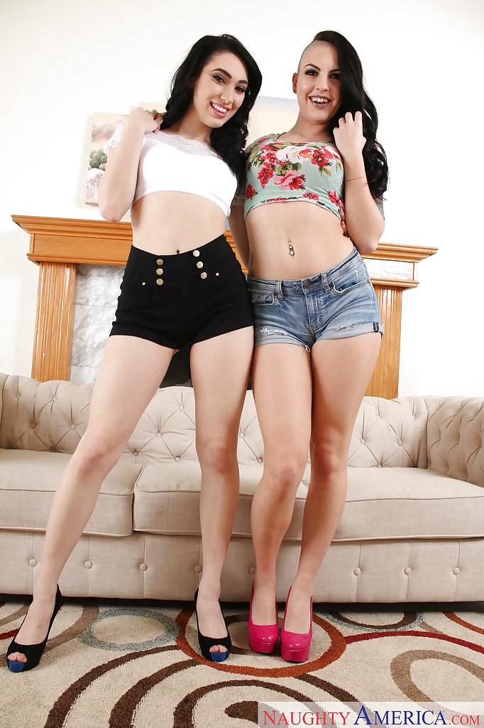 Лесбиянка с экстравагантной прической лижет молодую подругу возле камина
