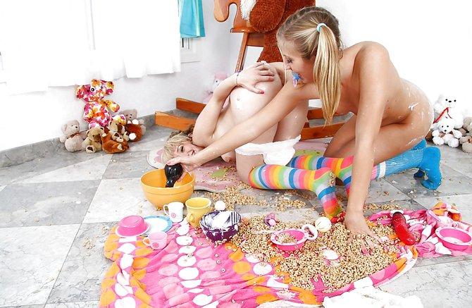Распутные девки занялись еблей на полу