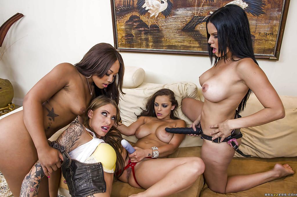 Страпоновый трах четырех пышногрудых лесбиянок на диване