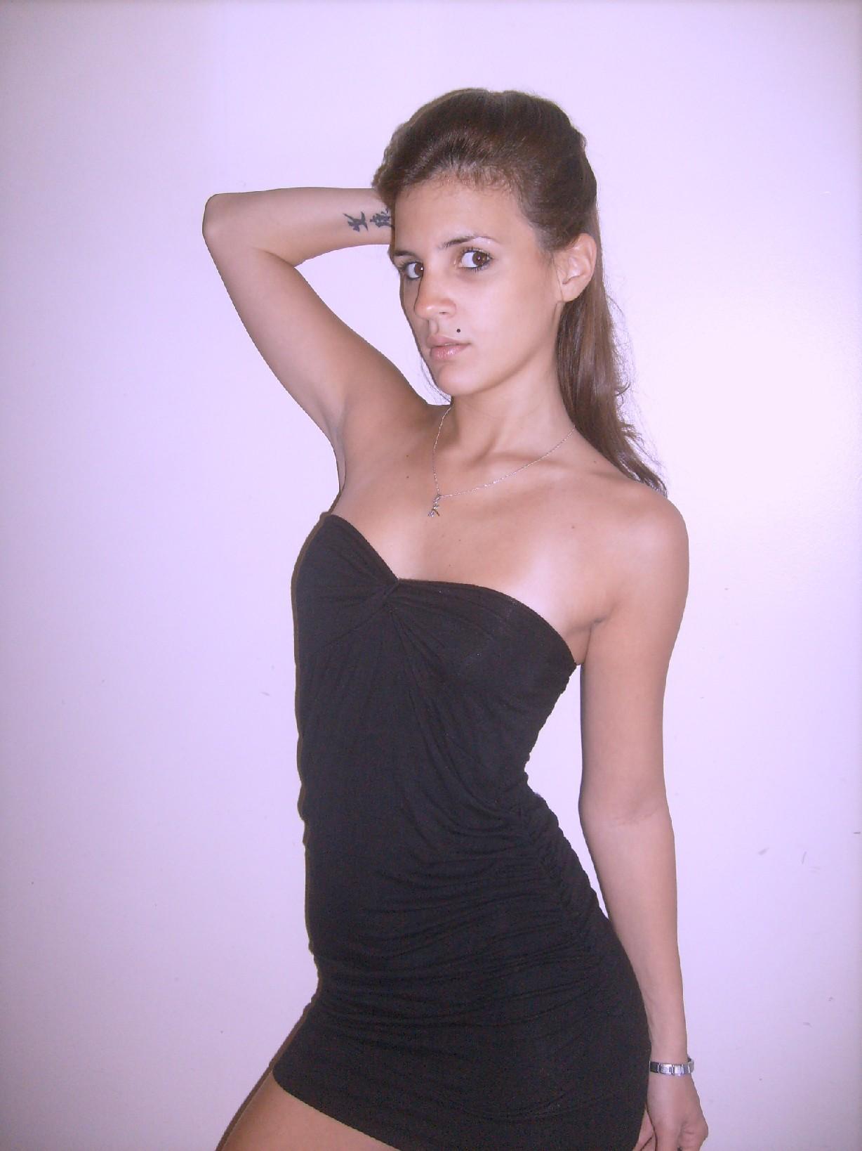 Брюнеточка позирует в соблазнительном платье и красивом нижнем белье – она весьма привлекательна