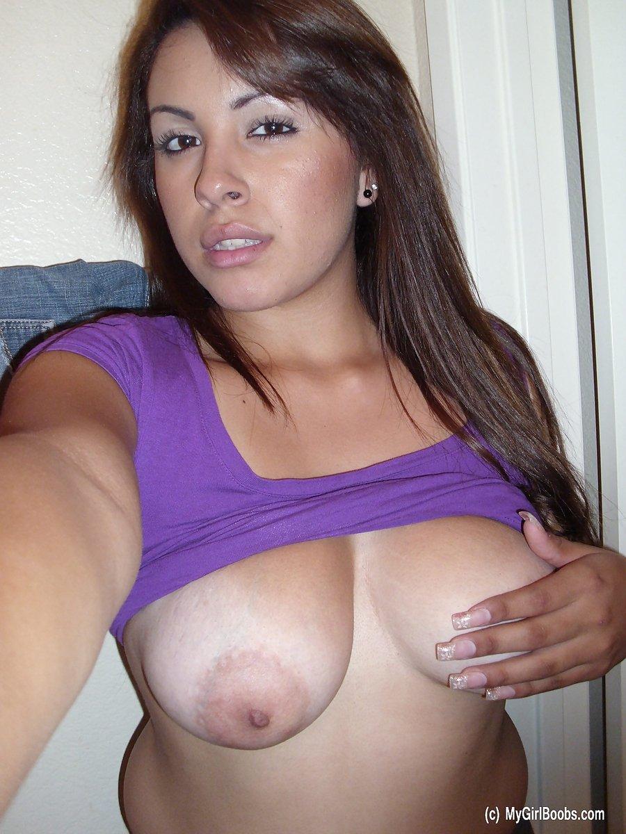 Девушка делает селфи своей голой груди, показывая свои крупные красивые соски