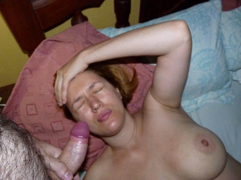 Карола работает ротиком, а затем принимает на свое личико фонтан спермы – ей даже нравится такое отношение