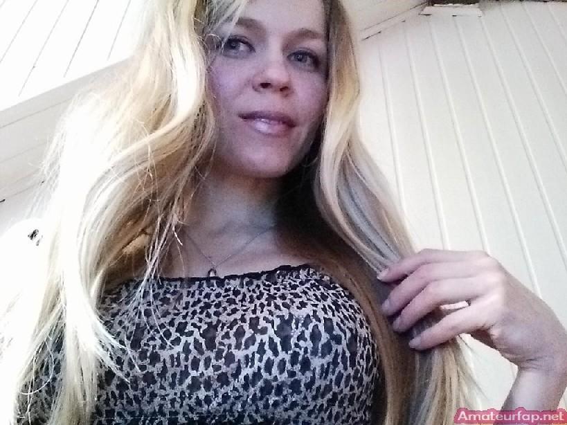 Милая блондинка знает, какую позу надо принять, чтобы выглядеть сексуально и возбудить мужчину