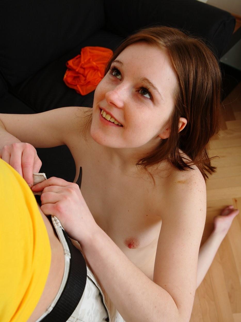 Молодая не опытная девушка в первый раз взяла в руки член и сделала минет