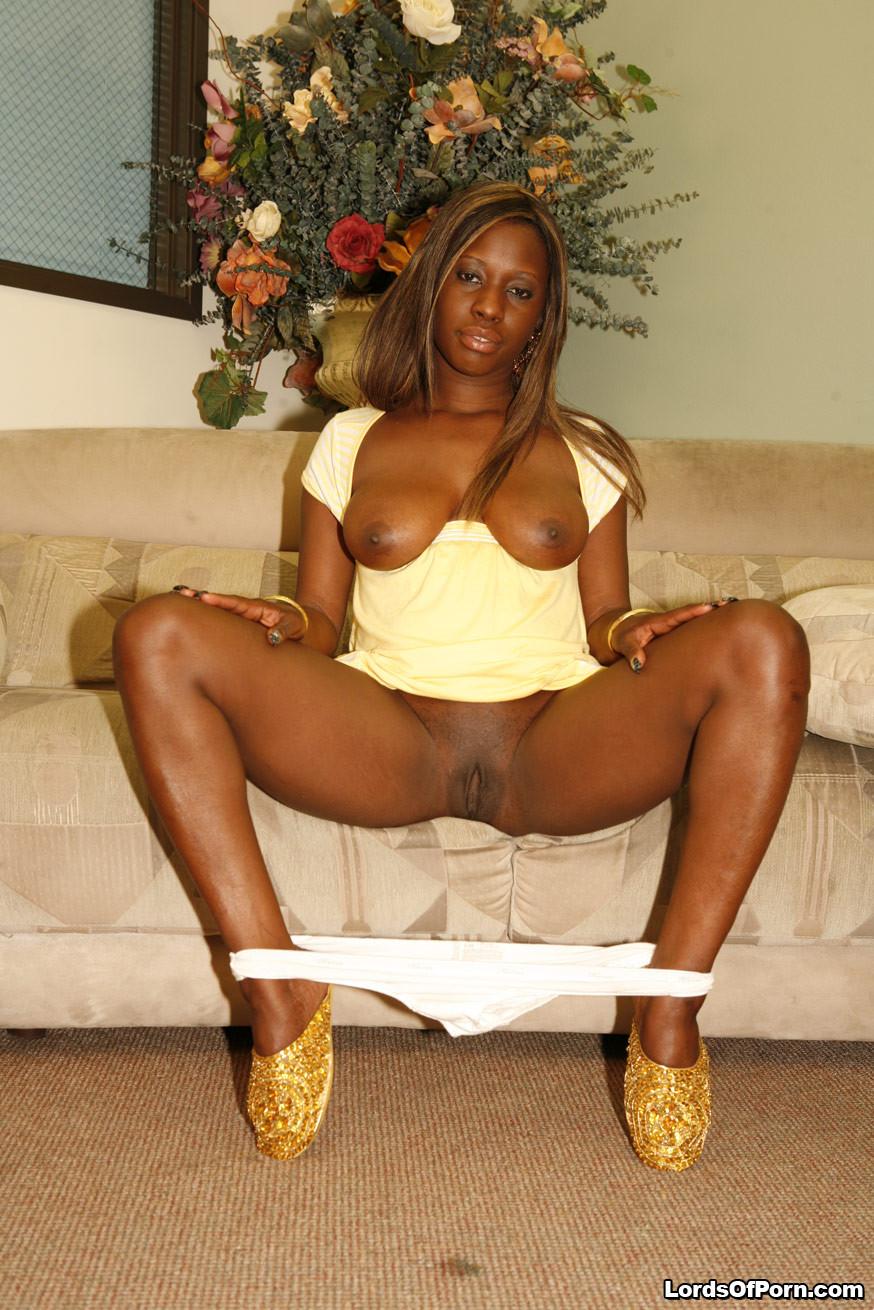 Негритянка с большой жопой наконец-то дождалась мужа с работы и трахнулась