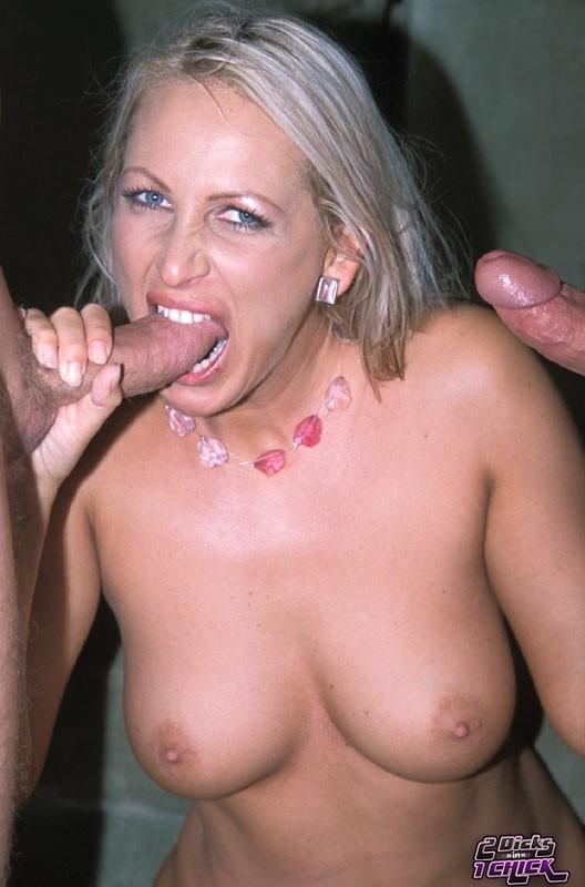 Опытная дамочка решила опробовать на себе удовольствие от двойного проникновения и не пожалела