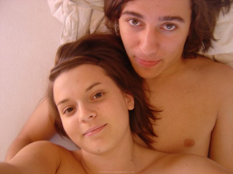 Пара лежит в кровати