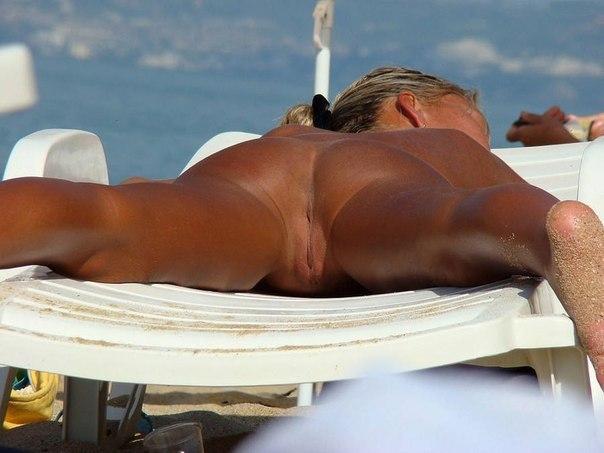 Подглядывание за девушками на нудистском пляже