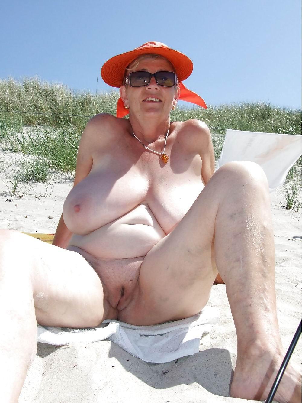Пожилые тетки показывает крупные титьки
