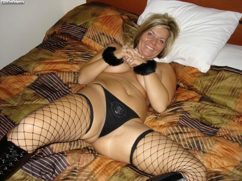 Пышная блондинка разрешает снимать себя во время минета и показывает себя всю полностью
