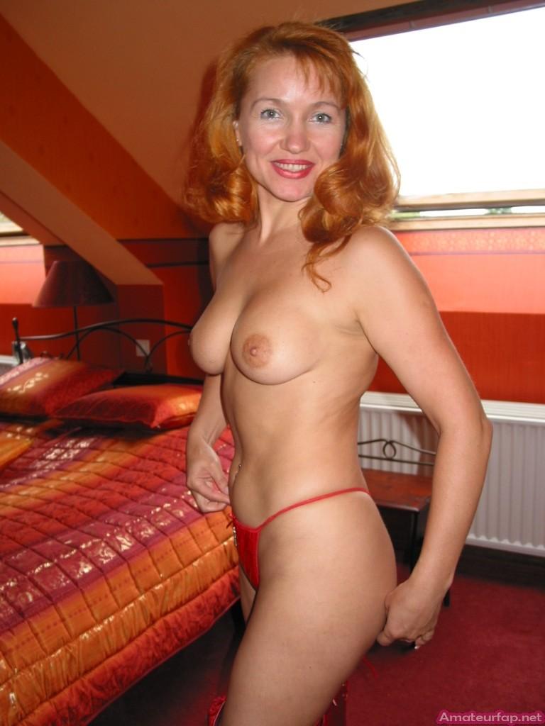 Рыжая женщина иногда заходит в свингер клуб
