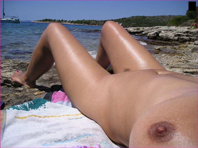 Секси куколка Марианна позирует для нас голой на пляже