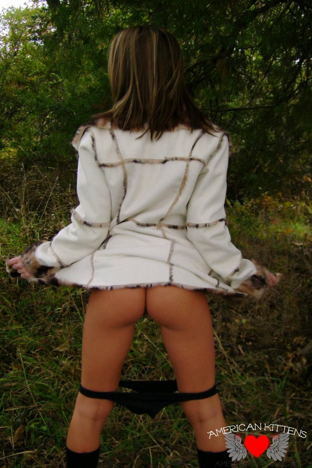 Старри Найт в лесу позирует для парня, она не думает, что ее еще кто-то увидит в таком откровенном виде