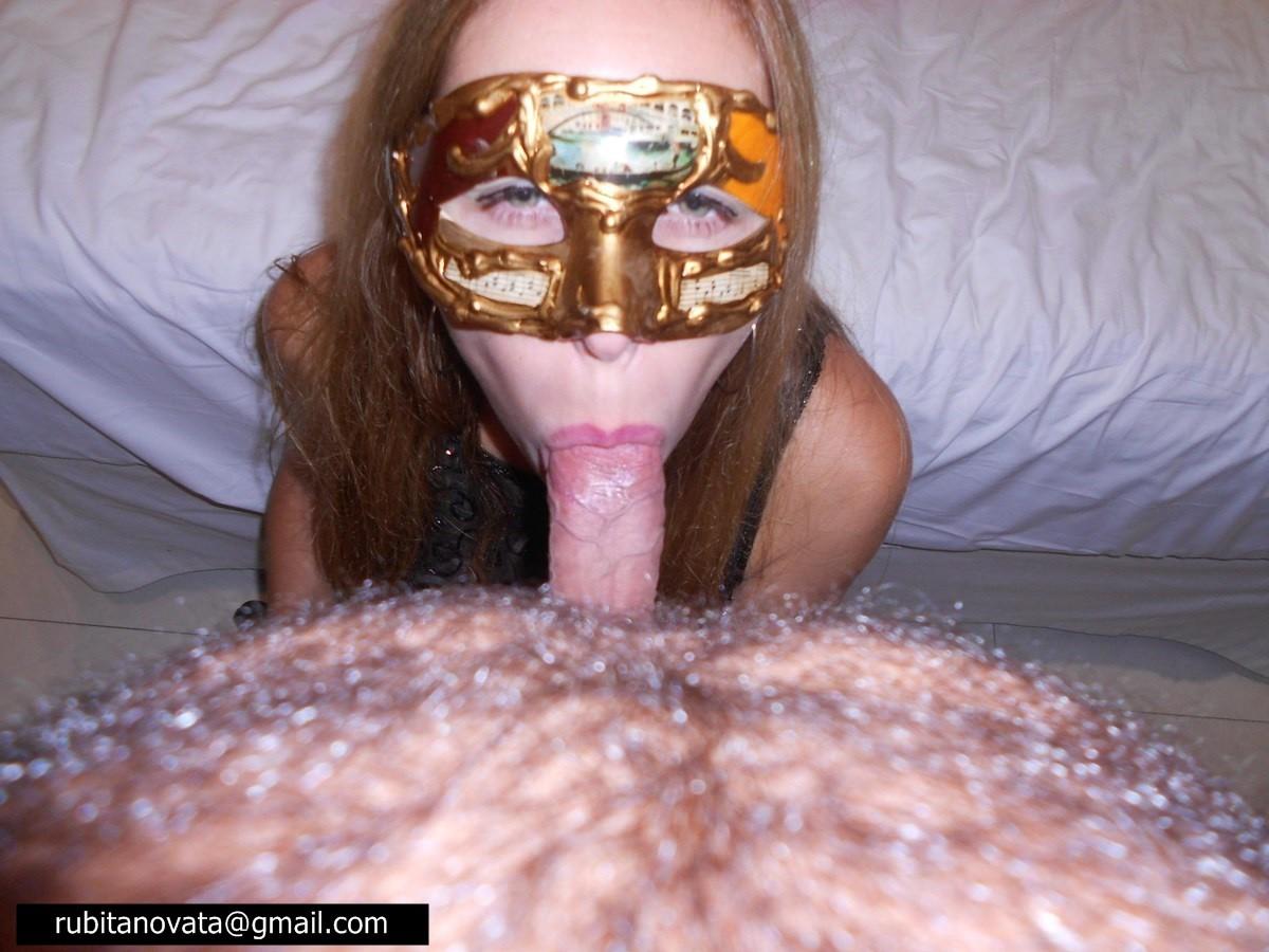 Телочке в маске сунули большой член в рабочий ротик