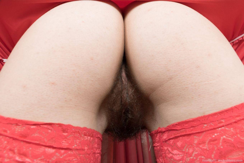 Волосатая Фиорелла в красных чулках