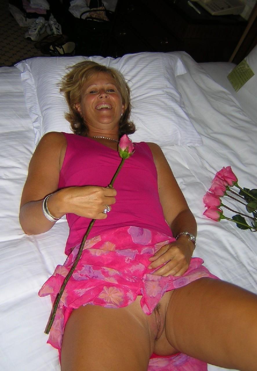 Женщина показывает свое зрелое тело, одевшись в эротический прикид