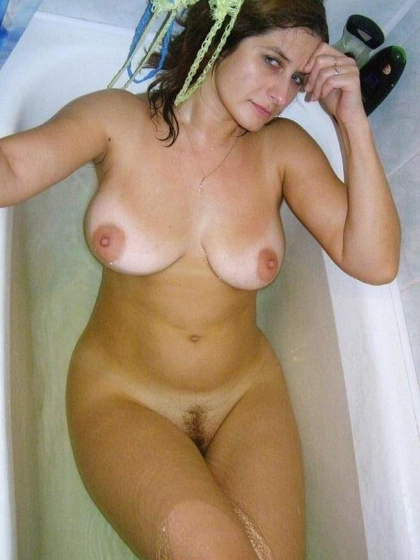 Зрелая брюнетка из Италии принимает ванну