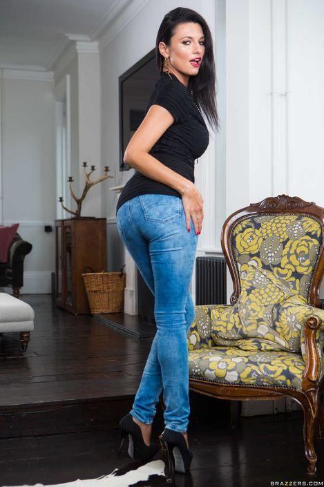 Чернявая мамашка Ania Kinski снимает джинсы и трусики и возбужденно позирует с бритой киской