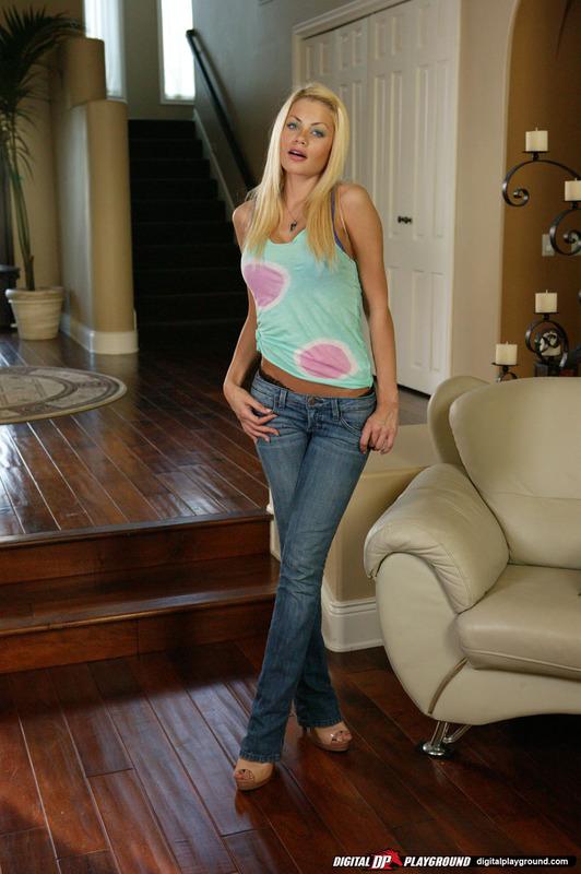Длинноногая блондинка разлеглась на диване в одних трусиках