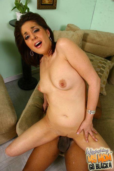 Крутая мамашка заглатывает толстый хуй в свою глубокую глотку