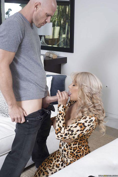 Мамашка с большими сиськами Alyssa Lynn делает минет на коленях и трахается между грудей