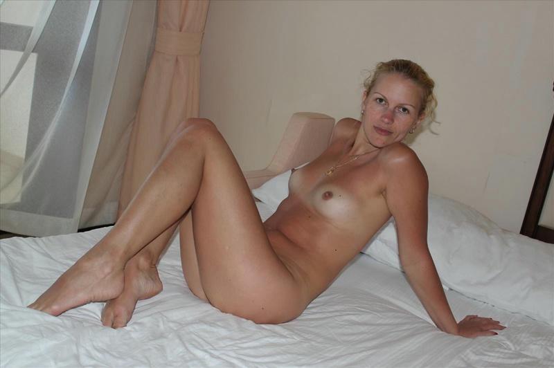 Нагая мамаша ожидает партнера в гостиничном номере