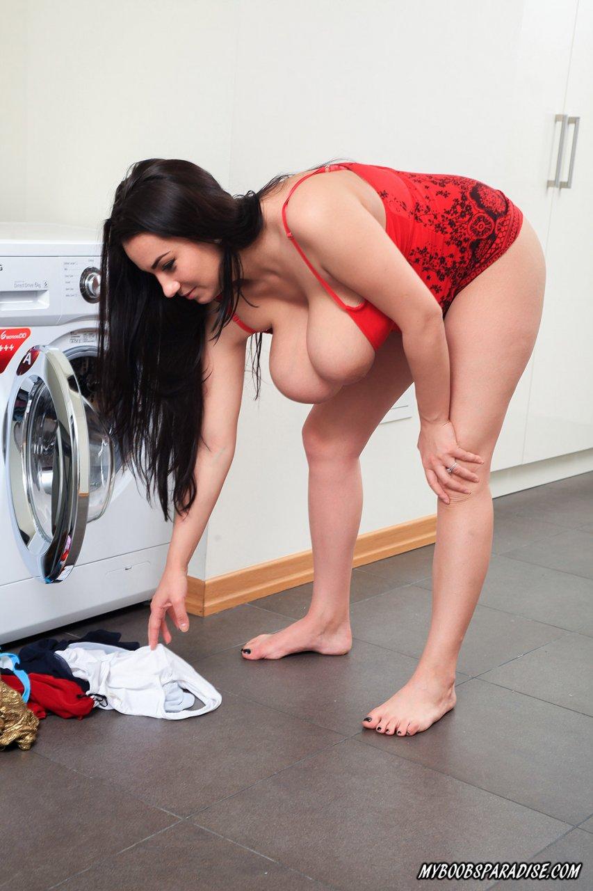 Сисястая домохозяйка занимается стиркой