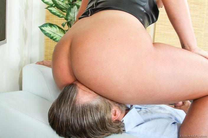 Страстная мамаша приготовила свою киску и получает удовольствие от ебли с опытным трахалем