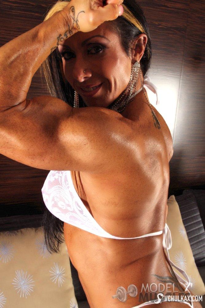 Женщина бодибилдер хвастается своим накаченным телом
