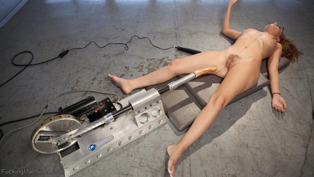 Классная телка трахается с секс машинами, ведь поблизости нет мужика, который бы это сделал сам