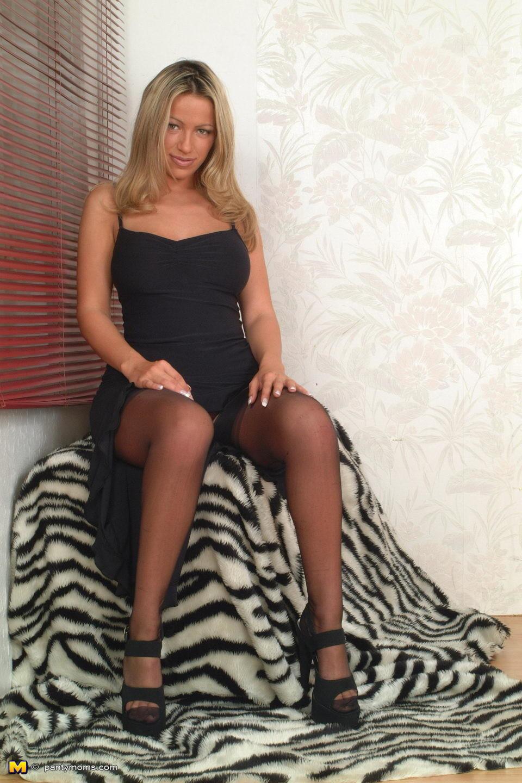 Мастурбация сексуальной блондинки с большими сиськами