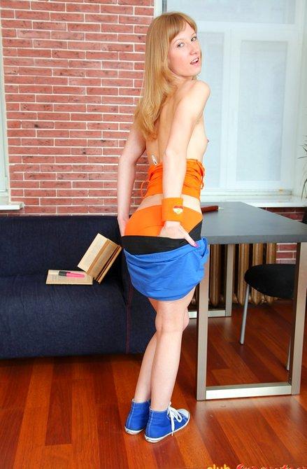 Молодая девка с вибратором в киске на диване учит уроки
