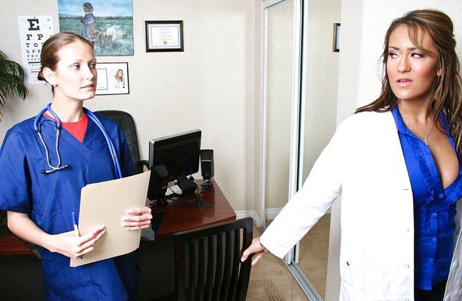 Дама-доктор согласилась на горячий анальный трах с негром