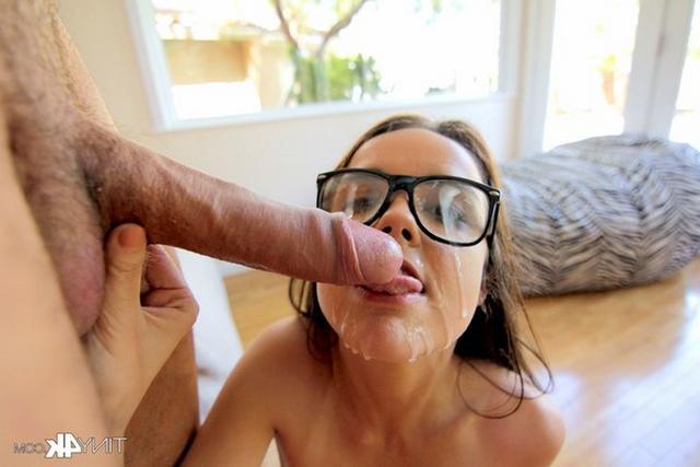 Межрасовый секс завершился спермой на лице
