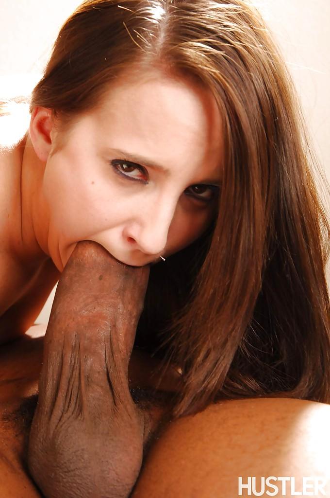Негр отодрал страстную мамочку в рот и киску