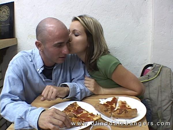 Накормил женщину пиццой и спермой