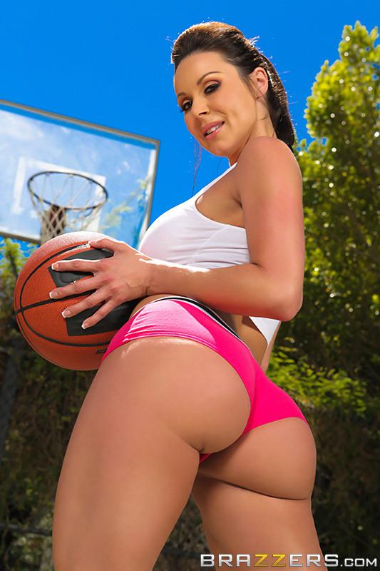 Секс жаркой брюнетки и баскетболиста