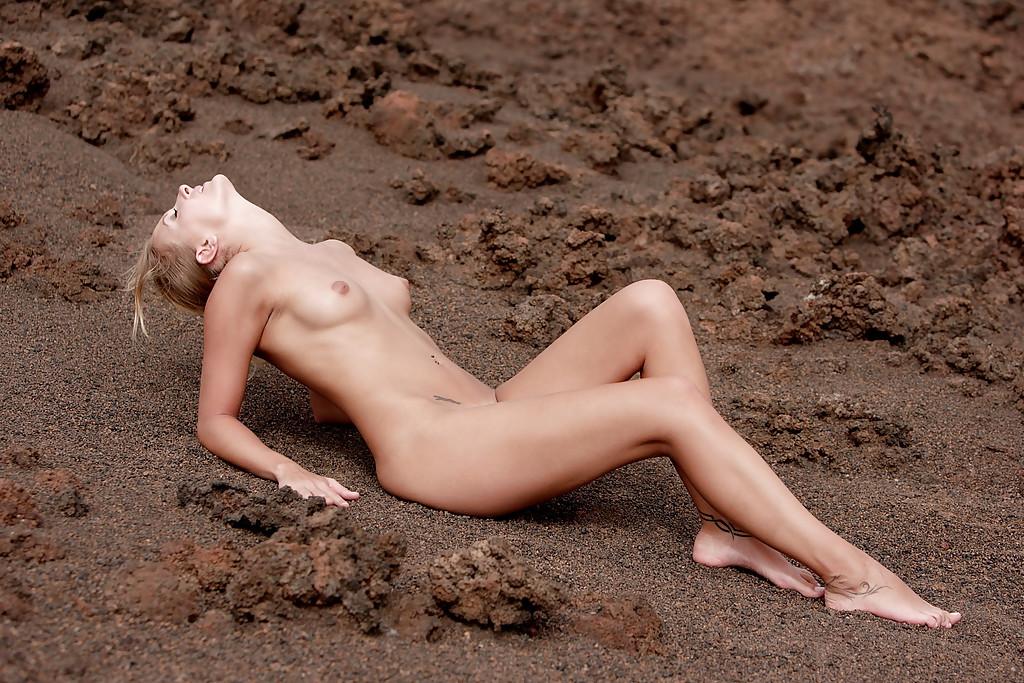 Девушка обнажает стройное тело на пляже