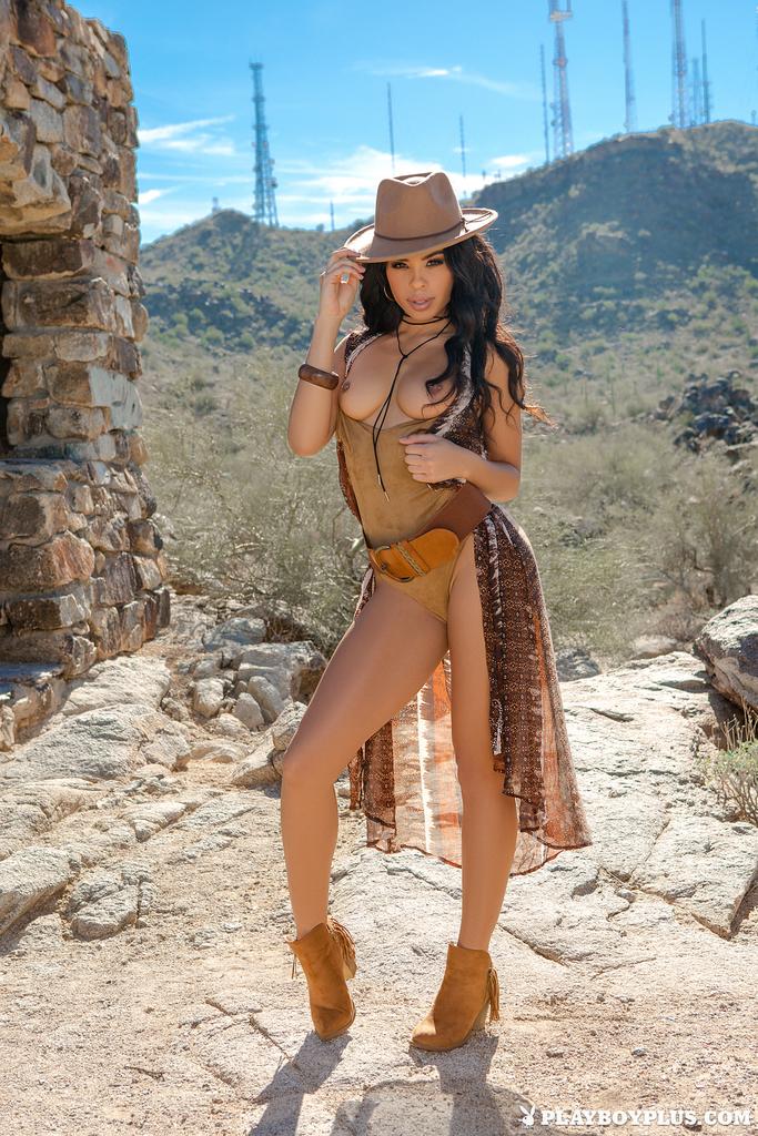 Горячая брюнетка Бриана Эшли раздевается догола среди руин для Playboy